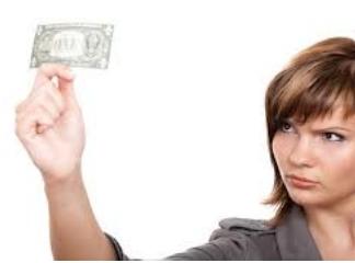 woman_looking_at_money